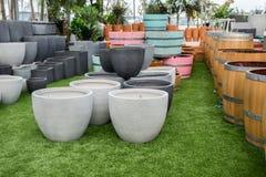 De grijze ronde en vierkante potten en de vaten van de steenbloem voor verkoop stock afbeeldingen
