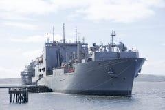 De grijze slagschip Amerikaanse en Britse koninklijke vloot dokte bij zeebasis in Schotland voor de Marine royalty-vrije stock afbeelding