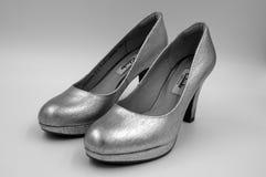 De grijze zilveren Clarks-hoge hielen van het vrouwenhuwelijk Royalty-vrije Stock Foto's