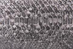 De grijze, zilveren imitatie van het slangpatroon, achtergrond royalty-vrije stock afbeeldingen
