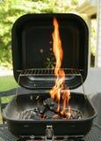 De Grill die van de houtskool heet wordt Stock Foto's