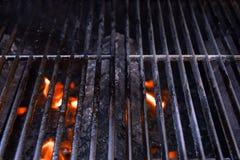 De grill van de barbecue met vlammen stock fotografie