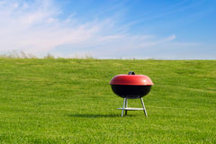 De grill van de barbecue op weide Stock Fotografie