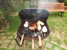 De Grill van de houtskoolbarbecue Stock Afbeeldingen