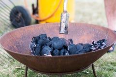 De Grill van de verlichtingshoutskool met Gas Royalty-vrije Stock Foto's