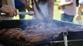 De grill van de worst Het ontspruiten van een maaltijd op de grill royalty-vrije stock fotografie
