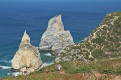 De grillige vorm van een rots op de Atlantische Oceaan Stock Afbeeldingen