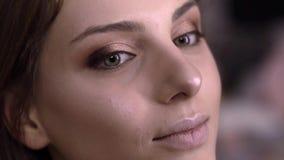 De grimeur is highlighter met een borstel op de lippen van toepassing stock videobeelden
