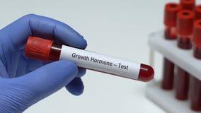 De groei hormoon-Test, het bloedmonster van de artsenholding in buisclose-up, gezondheid stock videobeelden