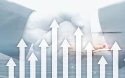 De groei op pijlen op futuristische abstracte achtergrond Het investeren of besparingen aan de groei op geld of bedrijfsconcept stock foto