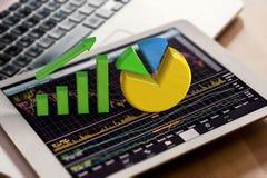 De groeigrafiek en cirkeldiagram op digitale tablet Stock Foto's