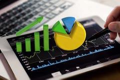 De groeigrafiek en cirkeldiagram op digitale tablet Stock Afbeelding