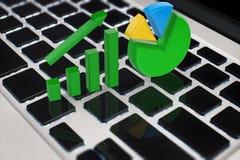 De groeigrafiek en cirkeldiagram op toetsenbord Royalty-vrije Stock Afbeeldingen