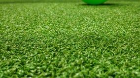 De groene achtergrond van het voetbalgebied voor het spelen van voetbal Stock Foto's