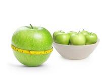 De groene appelen maten de meter Stock Afbeelding