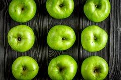 De groene appelen sluiten van het patroon omhoog donkere houten bureau hoogste mening als achtergrond Royalty-vrije Stock Afbeelding