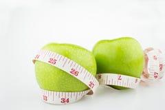 De groene appleand rode appel mat de meter, sportenappelen Royalty-vrije Stock Afbeelding