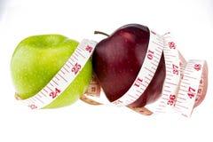 De groene appleand rode appel mat de meter, sportenappelen Stock Foto