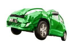 De groene auto heeft de voorzijde beschadigd stock foto's