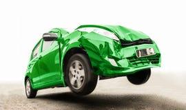 De groene auto op de weg heeft de voorzijde beschadigd stock fotografie
