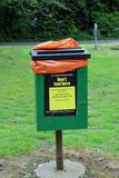De groene bak van de honddraagstoel in een park stock foto's