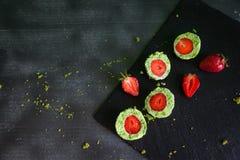 De groene ballen van de spinaziecake met aardbei Stock Afbeelding