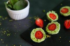 De groene ballen van de spinaziecake met aardbei Royalty-vrije Stock Afbeelding