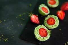 De groene ballen van de spinaziecake met aardbei Stock Foto's