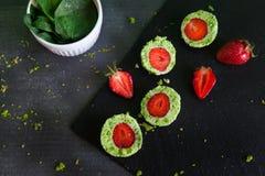 De groene ballen van de spinaziecake met aardbei Stock Afbeeldingen