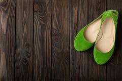 De groene ballerina's van vrouwen` s schoenen op houten achtergrond Royalty-vrije Stock Foto