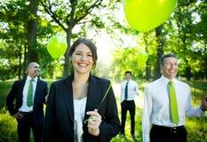 De Groene Ballon van de bedrijfsmensenholding in Bos Royalty-vrije Stock Foto