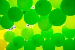 De groene ballons maken een aardige achtergrond Stock Afbeelding