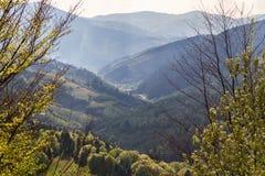 De blauwe nevel is in de bergen Stock Foto