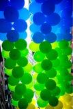 De groene, blauwe en gele ballons maken een aardige achtergrond Royalty-vrije Stock Afbeeldingen