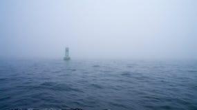 De groene boei van de kanaalteller in de mist Royalty-vrije Stock Fotografie