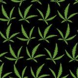 De groene Cannabis doorbladert op een zwart naadloos patroon als achtergrond Royalty-vrije Stock Foto