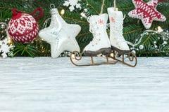 De groene die tak van de Kerstmisboom met lichte slingers, sterren wordt verfraaid stock afbeelding