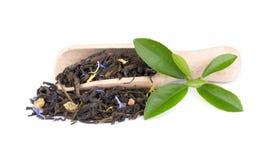 De groene die thee van Ceylon met korenbloem en gekonfijte vrucht, op witte achtergrond wordt geïsoleerd stock afbeeldingen