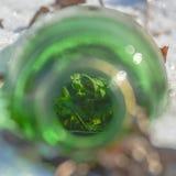 De groene fles van de moutalcoholische drank gevonden die in de sneeuw rond trein een rommel van wordt gemaakt van volgt dichtbij stock afbeeldingen