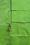 De groene geschilderde achtergrond van het aluminiumblad met klinknagels en slot Stock Foto's