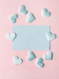 De groene harten van de pastelkleurkaart op roze geweven achtergrond Royalty-vrije Stock Afbeeldingen