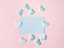 De groene harten van de pastelkleurkaart op roze geweven achtergrond Royalty-vrije Stock Foto's
