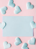 De groene harten van de pastelkleurkaart op roze geweven achtergrond Stock Foto