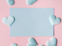 De groene harten van de pastelkleurkaart op roze geweven achtergrond Royalty-vrije Stock Afbeelding