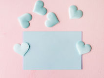 De groene harten van de pastelkleurkaart op roze geweven achtergrond Royalty-vrije Stock Fotografie