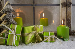 De groene houten Kerstmisdecoratie met stelt voor en schouwt Stock Fotografie