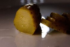 De groene ingelegde komkommer marineerde plantaardig voedsel Royalty-vrije Stock Fotografie