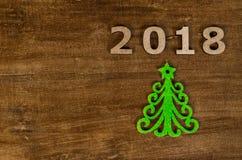 De groene Kerstboom en ondertekent 2018 van houten brieven Royalty-vrije Stock Afbeeldingen