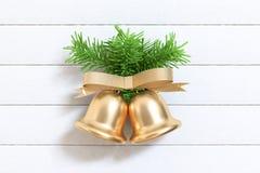 De groene Kerstmisboom van de bladboom met gouden metaal 3d klok geeft decoratie terug vector illustratie