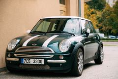 De Groene Kleur Mini Cooper Car van Front View Of Youth Stylish Hipster royalty-vrije stock foto's